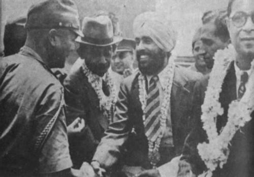 인도 독립군과 일본군 1942년 12월, 인도의 독립군인 국민군 모한 싱 대위와 일본군 장군 후지하라, 모한 싱은 인도 독립후 상원의원으로 활약했다