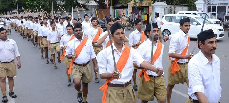 인도 RSS 단원 RSS 단원들이 거리를 행진하고 있다