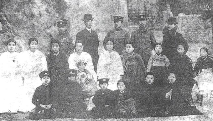 노백린 장군 뒷줄 왼쪽부터 3번째가 노백린 장군, 중간줄 왼쪽부터 김마리아 지사, 김미령, 노숙경 지사. 이 사진은 노백린 장군의 한국무관학교 교관시절 사진이다.