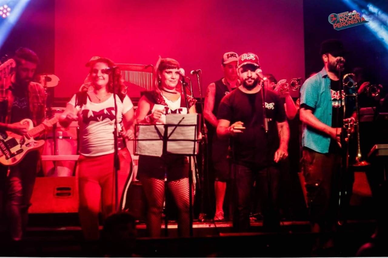 클럽 중앙의 무대에서 로컬 음색이 짙은 '쿰비아'가 연주되고 있다.