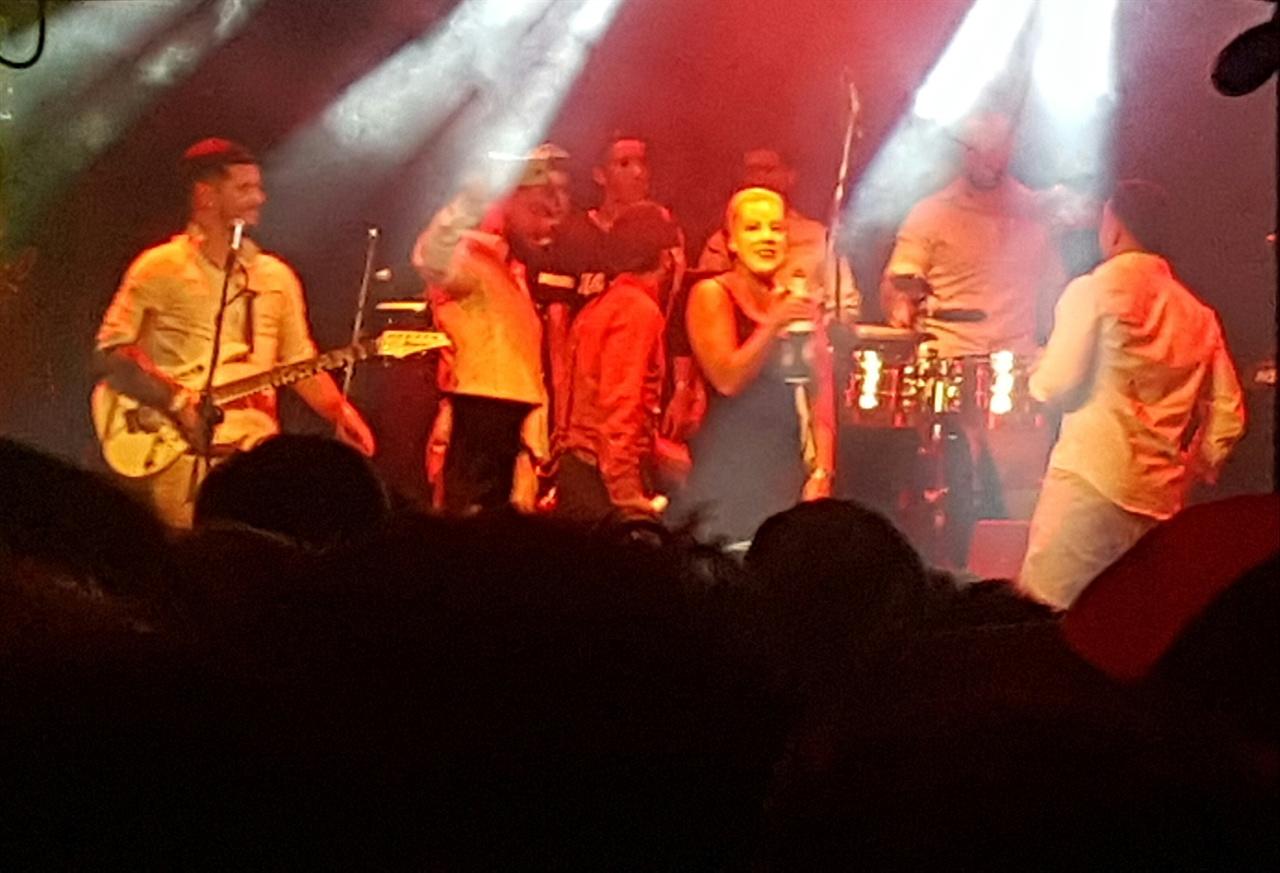 쿰비아 가수가 전 영부인이자 평가가 각양각색인 에비타의 가면을 쓰고 공연을 진행하고 있다.