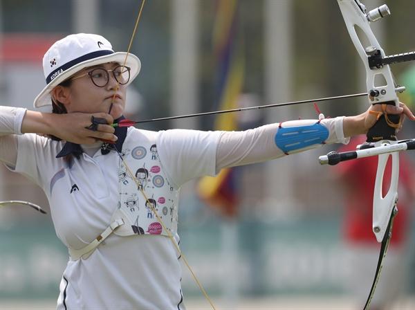 이은경, 텐을 향해 27일 오전 (현지시간) 인도네시아 자카르타 겔로라 붕 카르노(GBK) 양궁장에서 열린 2018 자카르타-팔렘방 아시안게임 양궁 리커브 여자 단체 결승 한국과 대만의 경기. 이은경이 활을 쏘고 있다.