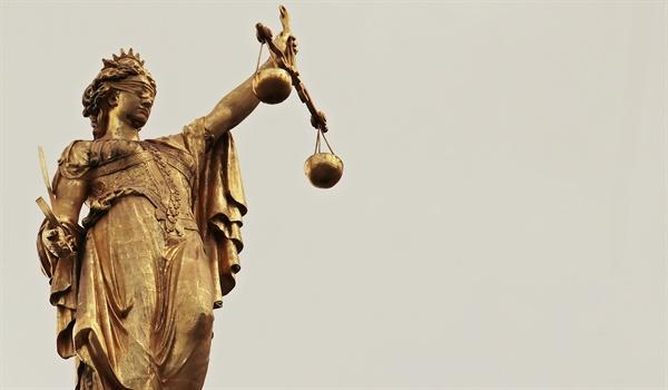 대부분 나라의 법원 앞에는 천으로 두 눈을 가리고 양손에 천칭 저울과 칼을 든 여신상이 서 있다. 그런데 실제로 이런 일을 실행한 판사가 있었다.