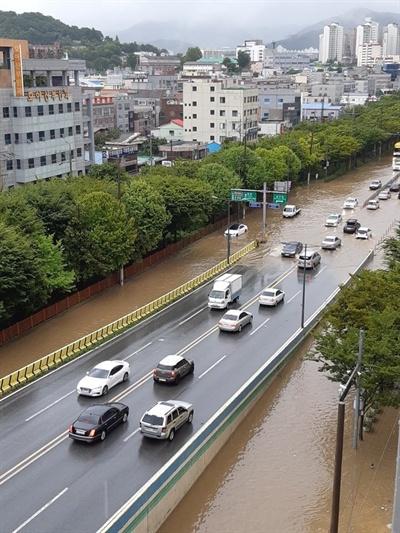 27일 오전 광주 남구 백운동 일대 도로가 시간당 73㎜이상 쏟아진 국지성 호우로 물에 잠겨 있다. [독자 제공]