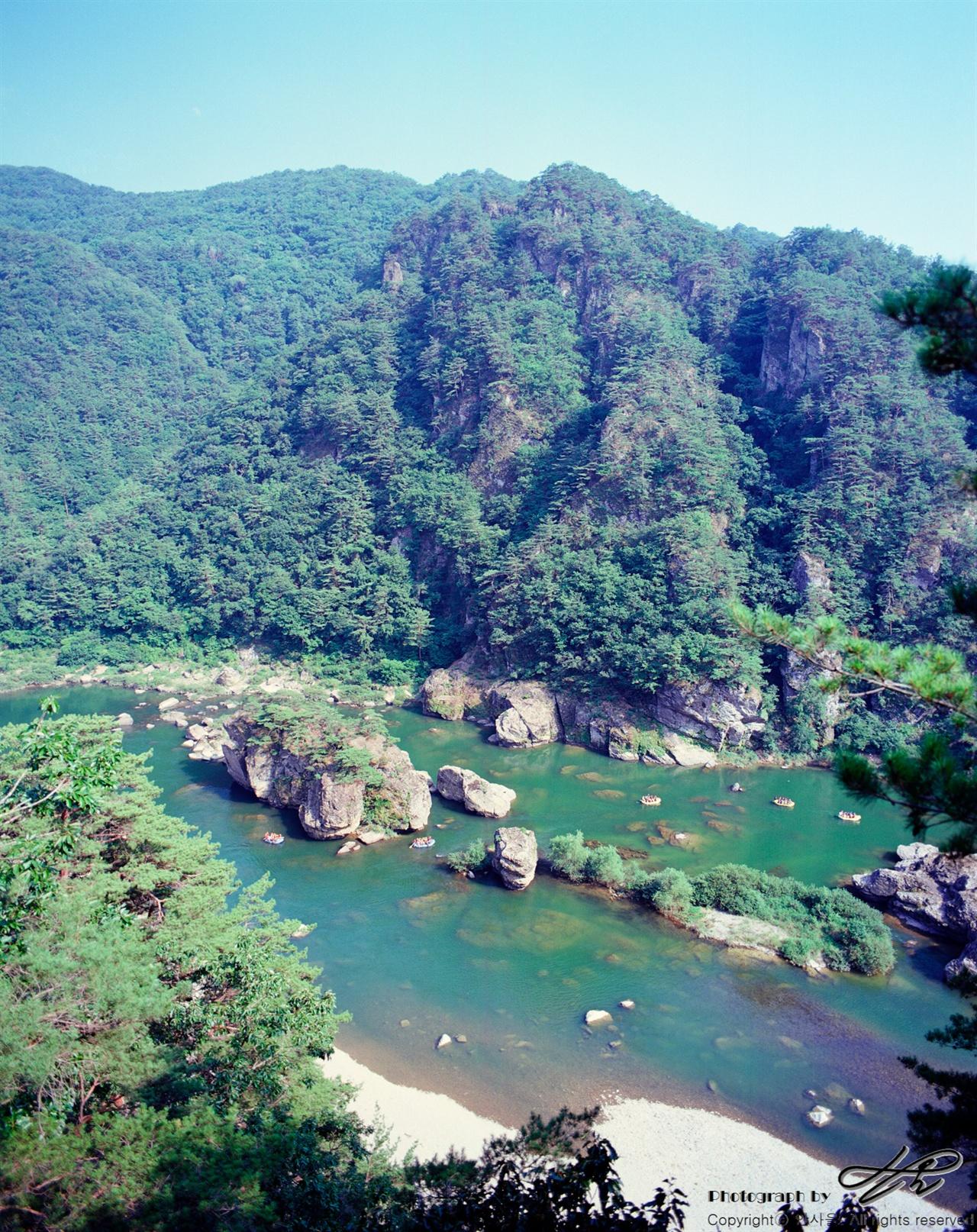 전망바위에서 (6*7중형/Ektar100)수면 위 보트들의 크기를 보면 강과 바위들의 규모를 짐작할 수 있다.