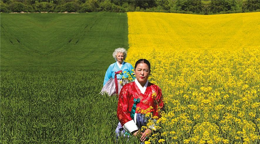 영화 <샤먼로드>의 한 장면. 성미와 꼴레뜨 두 샤먼이 길을 걷고 있다.