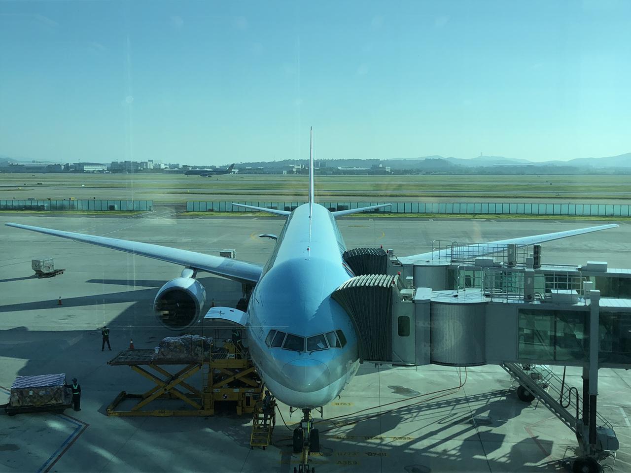 대한항공 여객기 인천에서 심양으로 가는 여객을 태우기 대기 중인 비행기