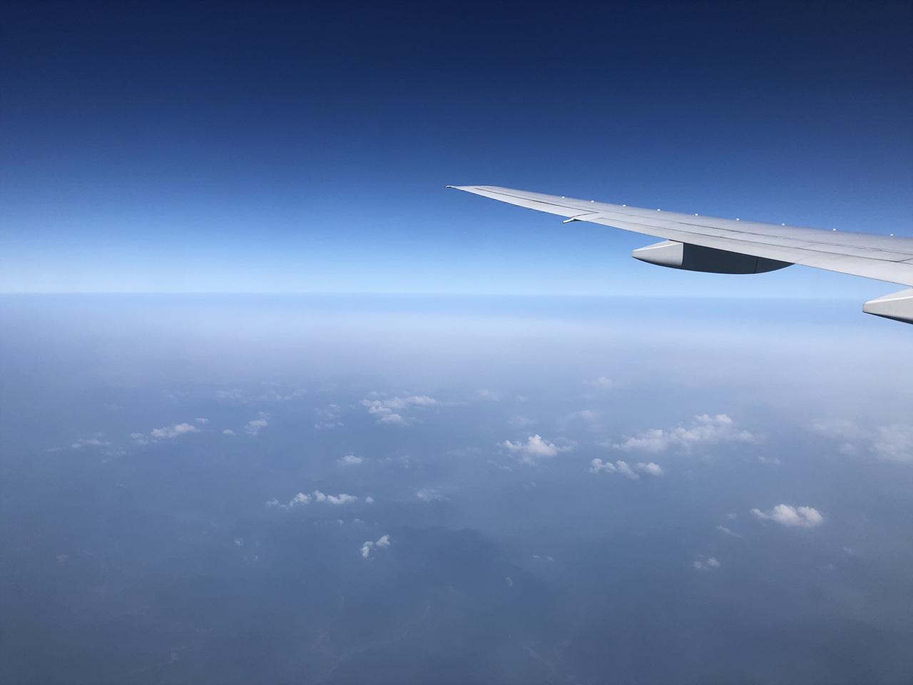 비행 중에 보는 구름 하늘을 나는 비행기는 인간에게 꿈과 현실을 결합시키는 매개체이다.