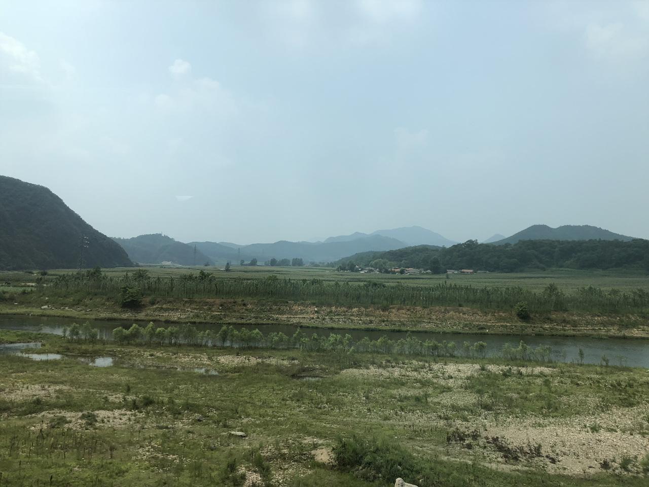 버스에서 본 풍경 심양에서 단동으로 가는 버스에서 본 풍경. 옥수수 밭이 계속되고 있다.