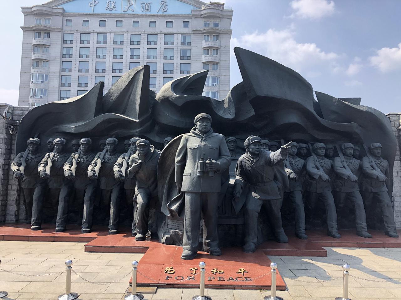 평화를 위하여 압록강 단교를 바라보고 있는 조각상