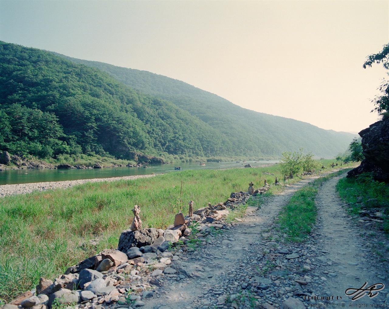 돌아가는 길 (6*7중형/Ektar100)길 옆으로 작은 돌들이 가지런히 쌓여있다.