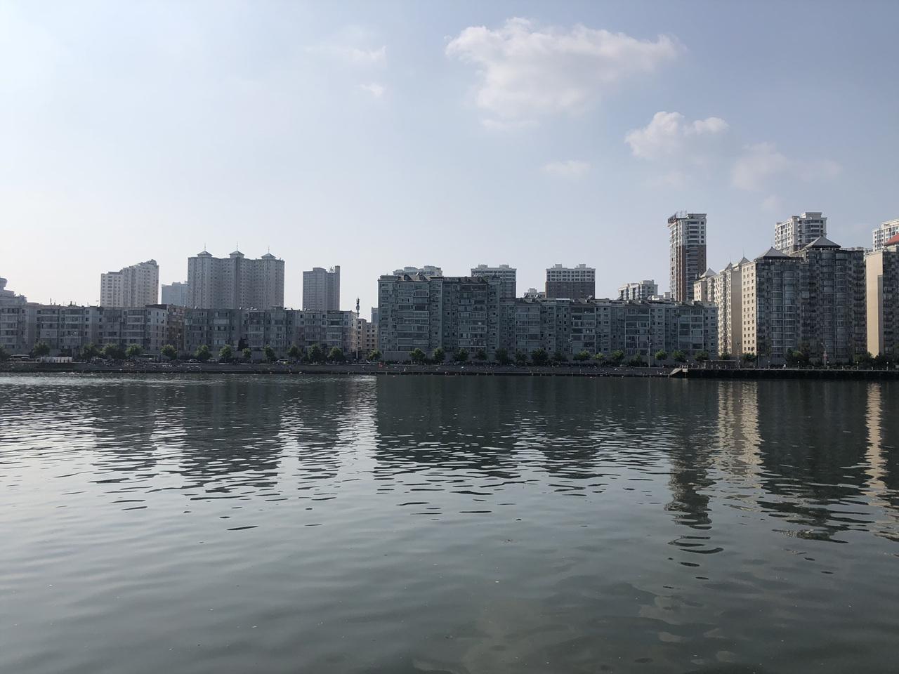 단동 압록강 유람선에서 본 단동 모습