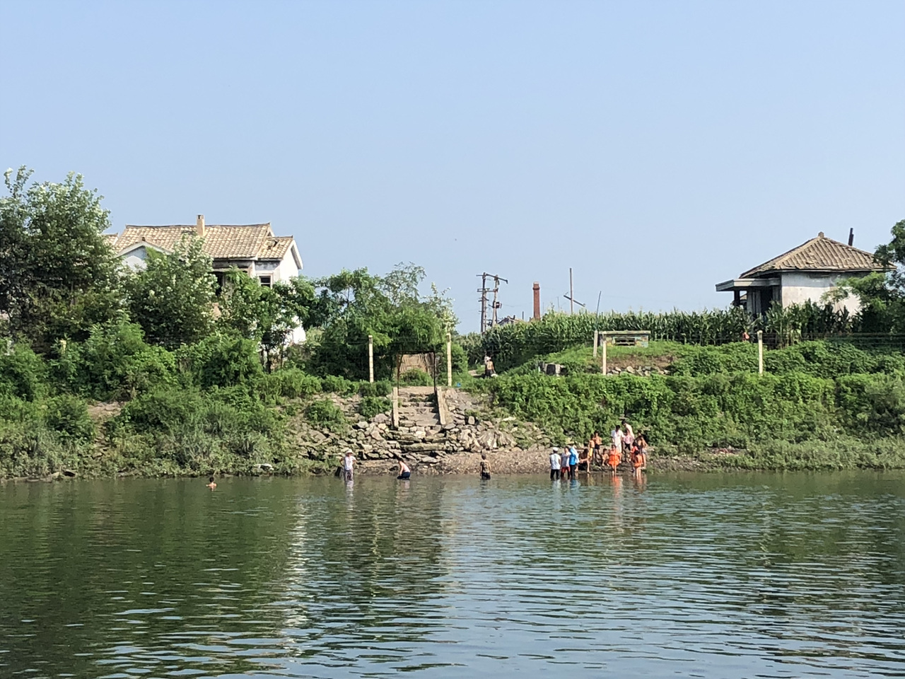 위하도 압록강에서 더위를 식히고 있는 북한 위하도 사람들