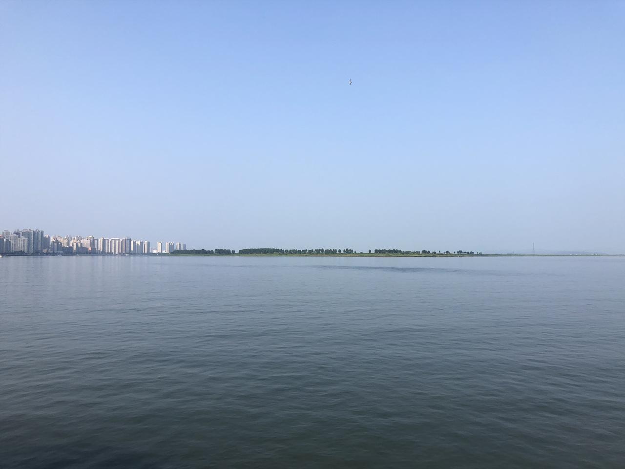 단동과 위하도 압록강 유람선에서 본 단동(왼쪽)과 위하도