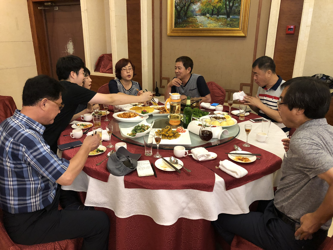 류경식당 단동에 있는 북한식당인 류경식당에서 저녁식사를 하고 있다.