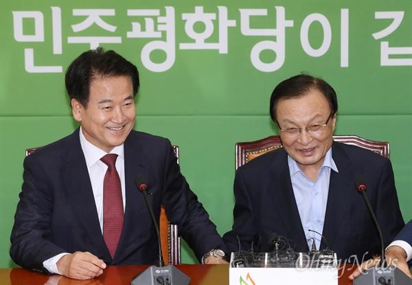 정동영 찾아 온 이해찬 이해찬 더불어민주당 신임 대표가 27일 오후 서울 여의도 국회에서 정동영 민주평화당 대표를 만나 환담하고 있다.