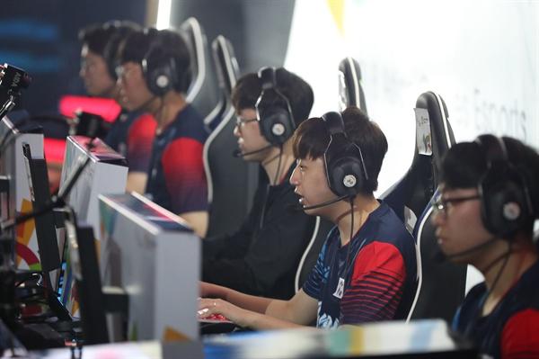 '시범종목' 채택된 e스포츠  27일(현지시간) 인도네시아 자카르타 브리타마 아레나에서 열린 2018 자카르타-팔렘방 아시안게임 e스포츠 리그오브레전드에 출전한 한국 선수들이 중국을 상대로 경기를 펼치고 있다.  e스포츠는 이번 아시안게임에서 시범 종목으로 채택됐다.
