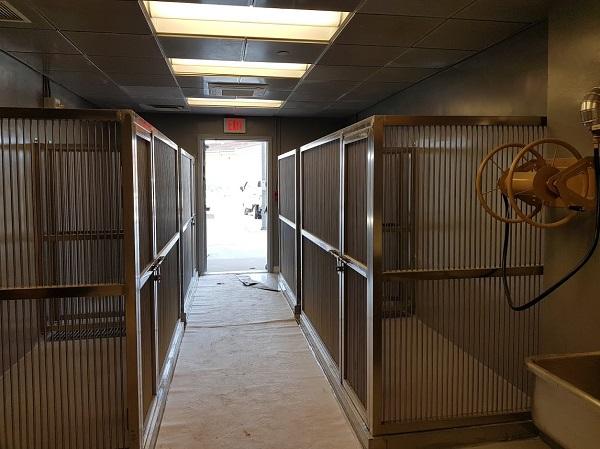 주한 미 공군 오산기지 공항 내부에 위치한 애완동물 대기 장소. 출국하기 이전에 대기하는 장소로 비상구는 물론 스프링클러와 각종 화재경보설비 등이 설치되어 있다.