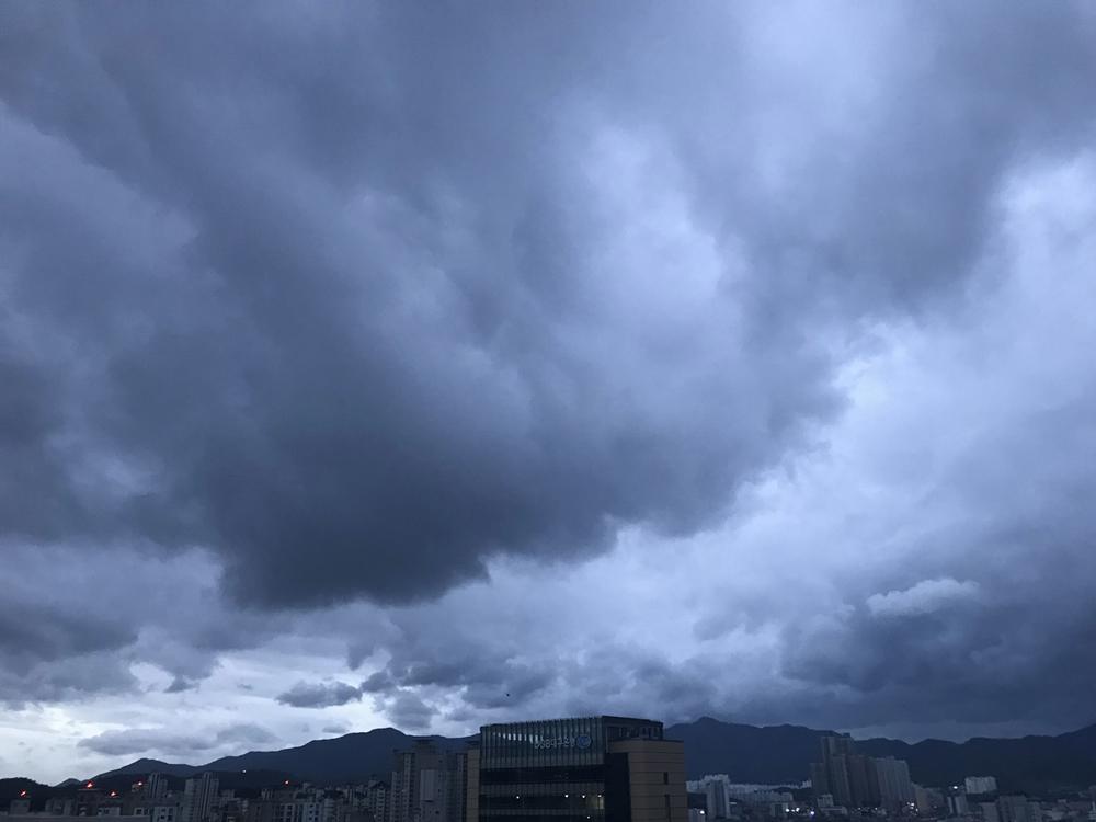 태풍 솔릭이 한반도를 상륙한 지난 23일 대구 하늘 풍경. 비구름이 대구 하늘에 짙게 드리웠다.