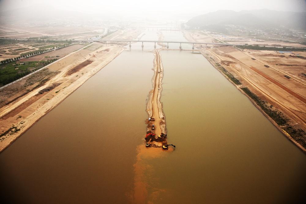 4대강사업 당시 낙동강을 6미터 깊이로 파고, 거의 직선으로 직강화시키는 토건공사가 자행됐다.