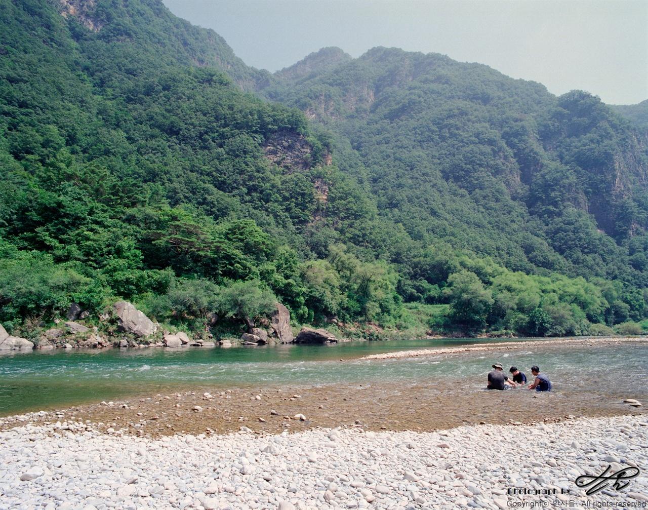 신선놀음 (6*7중형/Ektar100)강물에 몸을 담근 채 폭염 속 시원함을 즐기고 있는 사람들