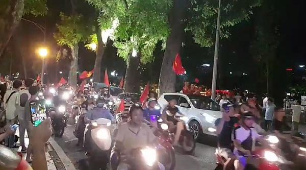 박항서 매직에 거리로 뛰쳐나온 베트남 축구팬들 27일 박항서 감독이 이끄는 베트남 23세 이하(U-23) 축구대표팀이 시리아를 누르고 사상 처음으로 아시안게임 4강에 진출하자 베트남 축구팬들이 거리로 나와 승리를 자축하고 있다.