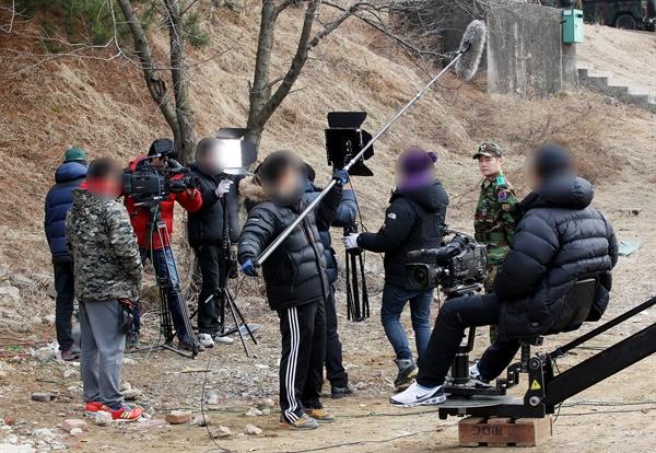 드라마 촬영 현장 사진. 수많은 스태프들이 최고의 장면을 만들기 위해 초 장시간 노동을 견뎌내고 있다. (위 사진은 해당 기사와 직접적인 연관이 없습니다.)