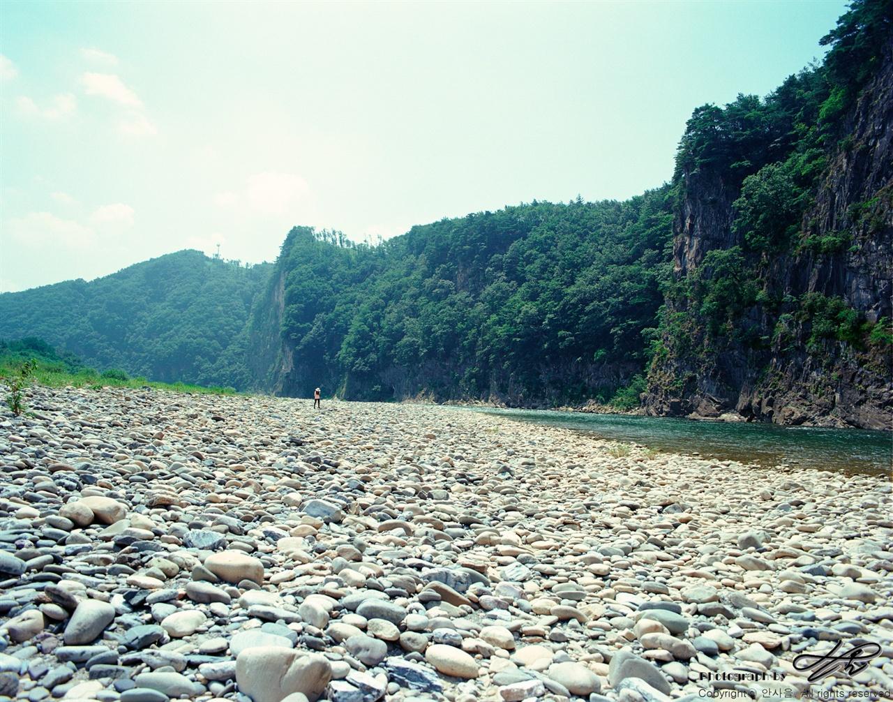 강과 돌밭 (6*7중형/Ektar100)동행인이 광할한 돌밭을 걸어오고 있다. 사람의 크기로 미루어 풍경의 규모를 짐작할 수 있다.