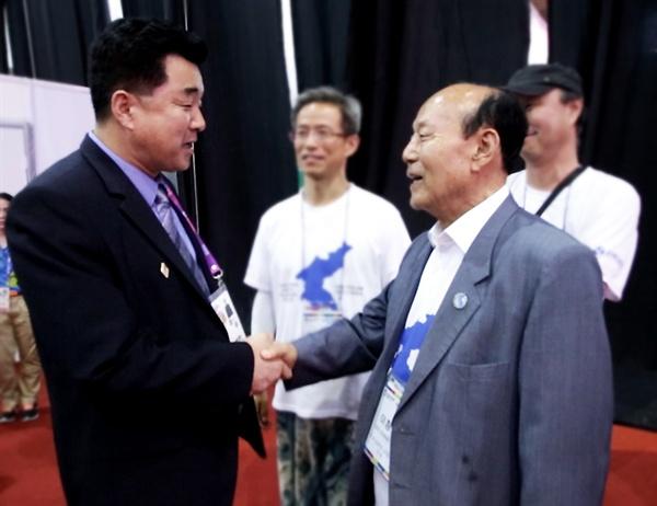역도 경기가 끝나고 북측 김일국 체육상이 6.15남측위 이창복 상임대표의장을 만나 응원단에 감사 인사를 전했다.
