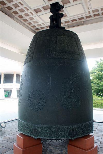 국립경주박물관에 있는 성덕대왕 신종, 밑에 받침대로  받쳐 놓은 모습