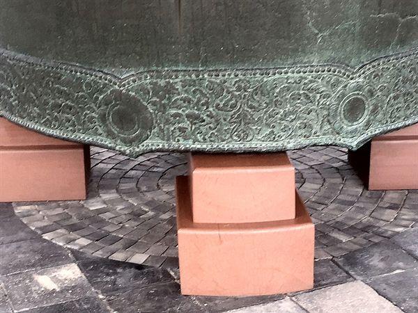 국립경주박물관에 있는 성덕대왕 신종,영구보존을 위해 받침대로 빋친 하부 모습