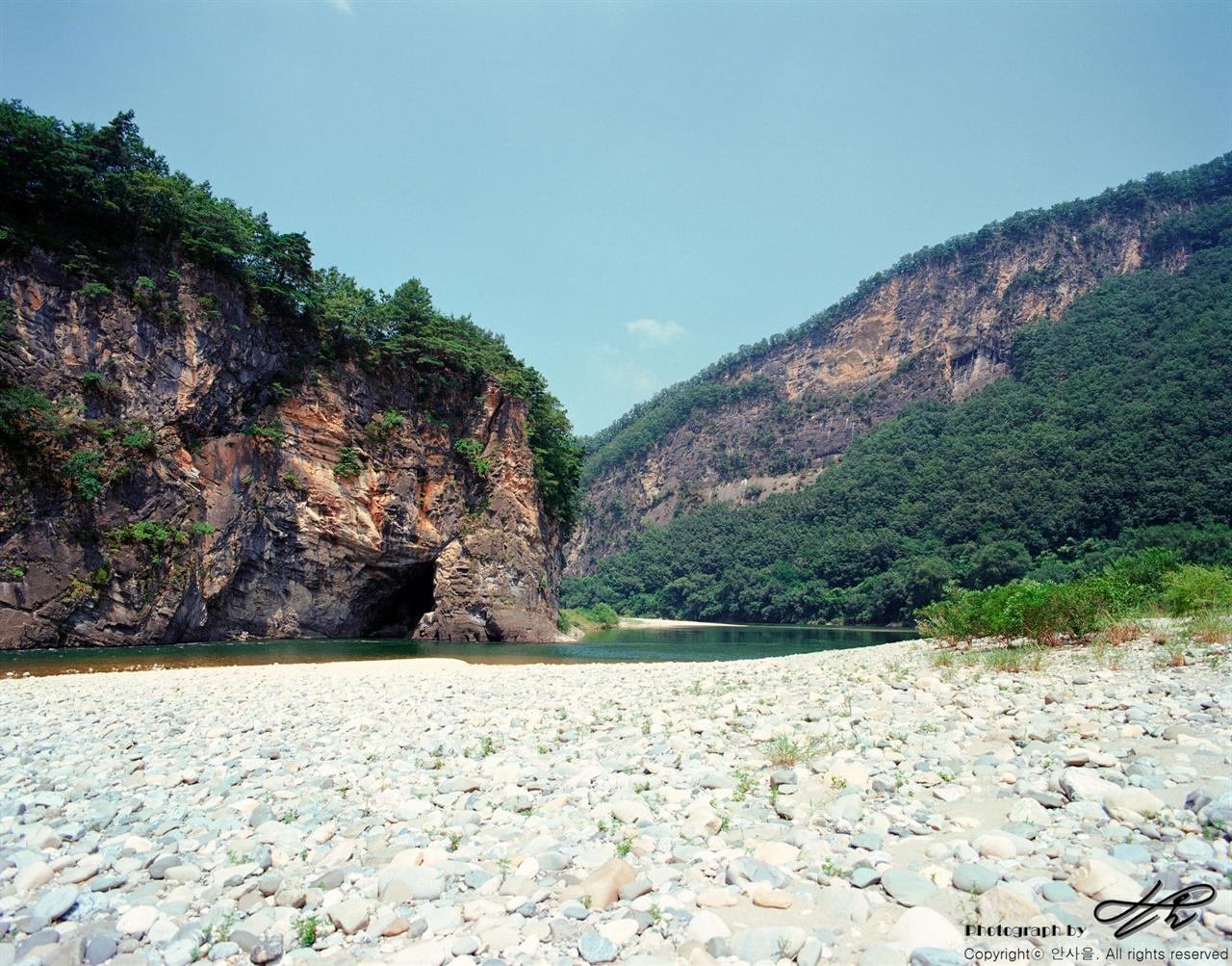 작은 동굴 (6*7중형/Ektar100)거센 물살이 절벽을 때려 작은 동굴을 만들었다.
