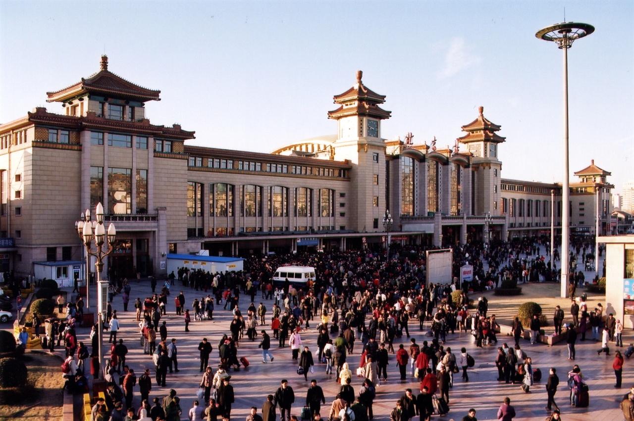 베이징 역의 모습 베이징 역에는 명절 때마다 수십 만 명이 몰려 예약을 위한 긴 줄을 만든다.(CC-BY-2.0, Wikimedia Commons)