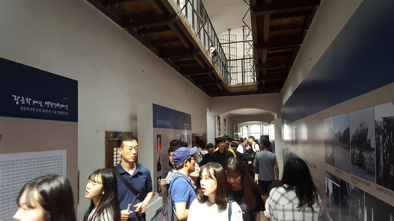 전시회장을 가득 메운 관람객들의 모습