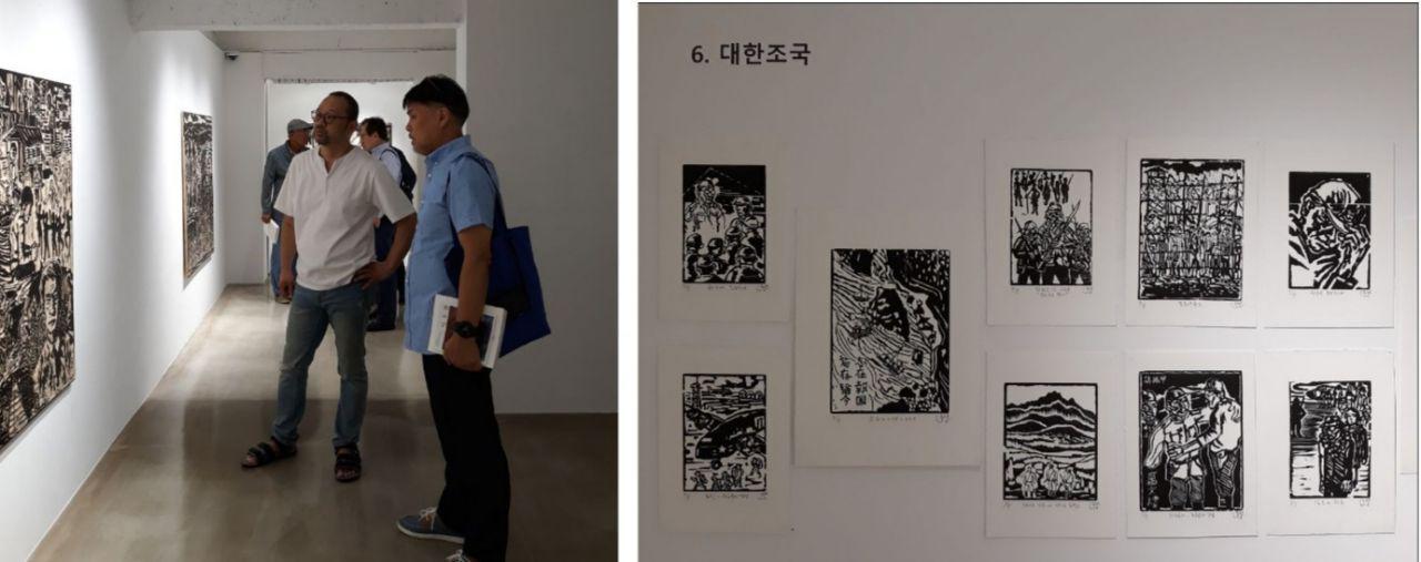 """아트비트갤러리. """"칼로 새긴 장준하""""전에서 이동환 작가가 관람객과 작품을 보며 이야기를 나누고 있다."""