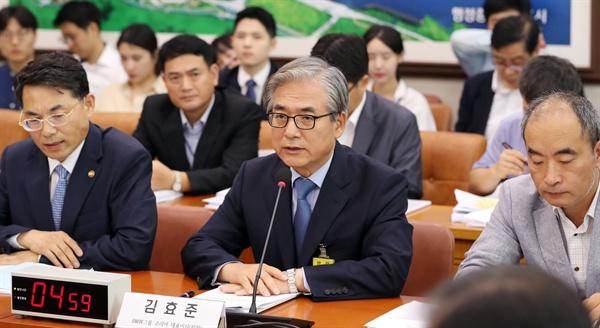 김효준 BMW코리아 대표이사 회장이 28일 국회에서 열린 국토교통위원회 전체회의 BMW차량 화재관련 공청회에서 의원들의 질문에 답하고 있다.