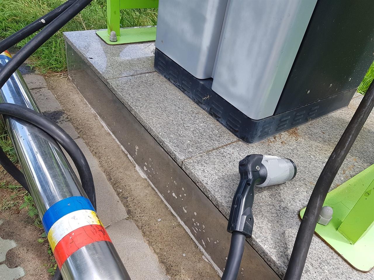 사용 후 바닥에 던져두고 간 충전기 커넥터는 파손과 빗물유입 등의 문제로 이어진다