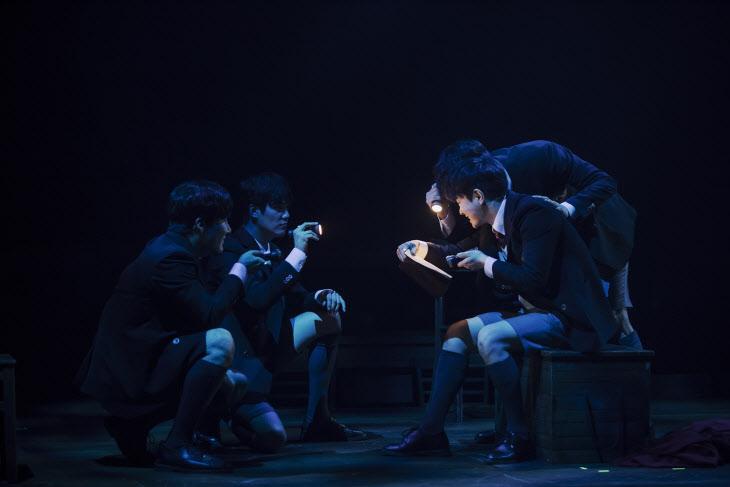 늦은 밤 학생들이 몰래 빠져나와 금서 로미오와 줄리엣을 낭독하고 있다.