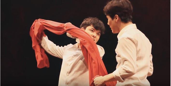 연극 <알앤제이>의 한 장면. 학생들이 붉은 천을 이용해서 로미오와 줄리엣 역할극을 하고 있다.