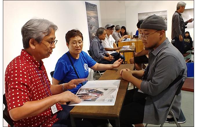 요시카와 나오야 요시카와 나오야(오사카예술대학) 교수에게 지도 받는 한국 학생