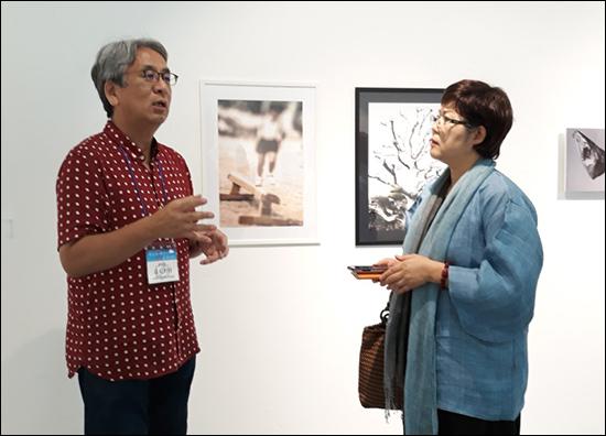 요시카와 나오야  요시카와 나오야 (오사카에술대학) 교수가 자신의 작품 앞에서 이번 행사의 중요한 의미를 기자에게 설명하고 있다. 요시카와 교수는 이번 행사에 큰 도움을 준 분이다.
