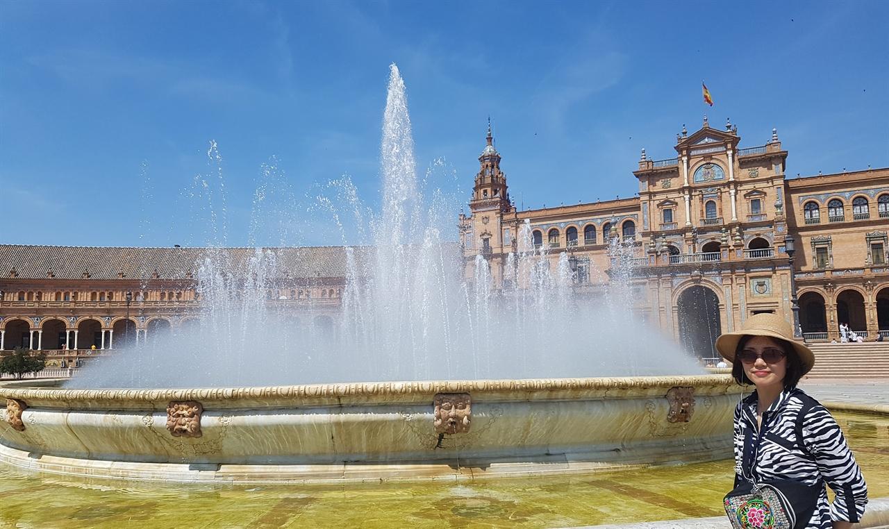 세비야 스페인광장. 근대식 건물이지만 고풍스런 맛이 납니다.