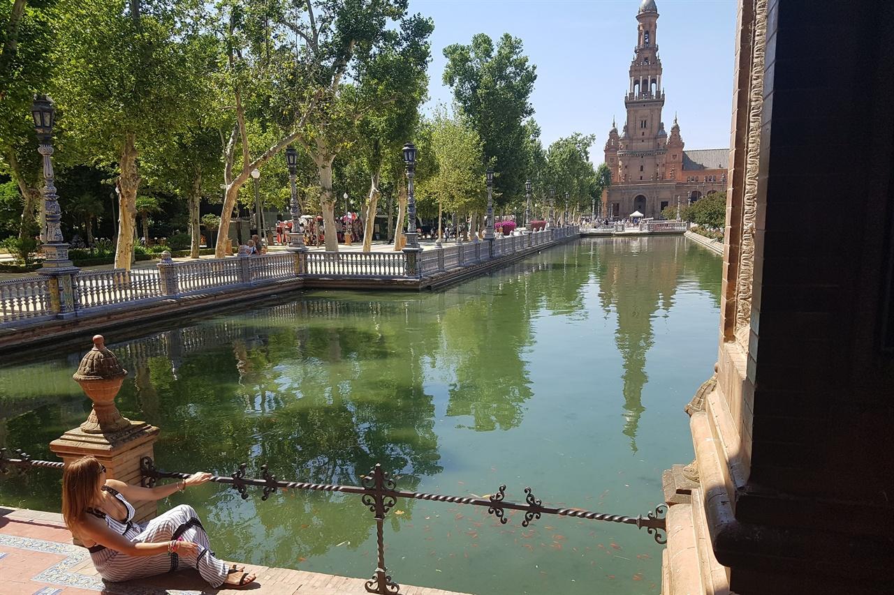 스페인광장에는 운하가 만들어져 있어 작은 배를 타고 뱃놀이를 즐길 수 있습니다.