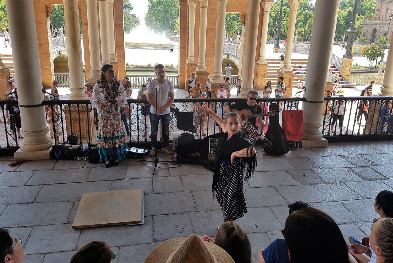 건물 한쪽에는 스페인 전통춤 플라멩코 공연을 하고 있었습니다.