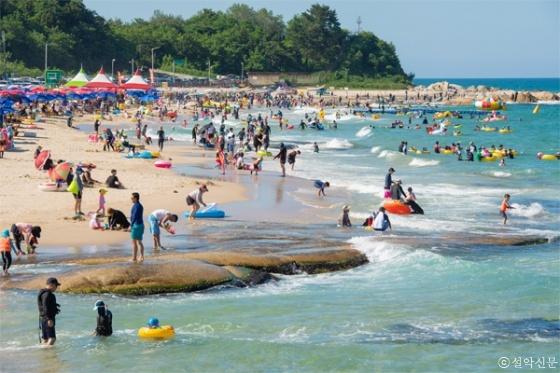 고성 송지호 해수욕장에서 피서객들이 물놀이를 즐기고 있다.