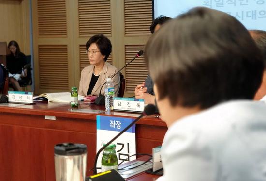 저출산위의 김상희 부위원장이 한 초등교사의 반대 토론을 듣고 있다.