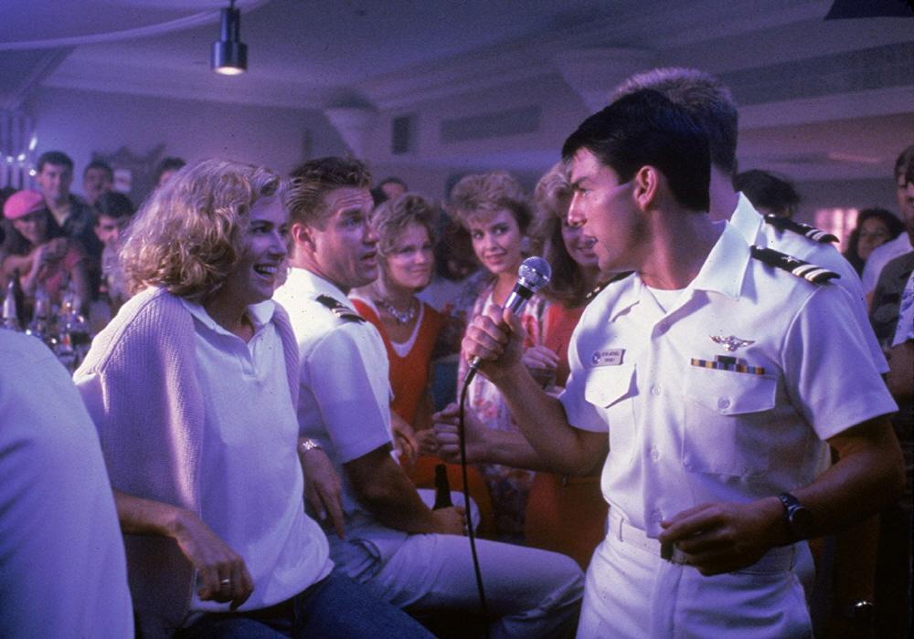영화 < 탑건 >의 한 장면.  극중 매버릭(톰 크루즈 분)과 찰리(켈리 맥길리스 분)의 로맨스도 극의 재미를 배가시켰다.