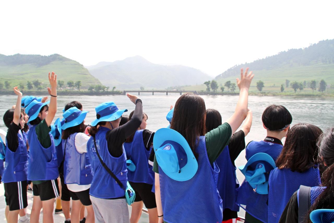 우리 꼭 다시 만나  인문학 기행단 아이들이 북녘 땅의 아이들을 향해 통일해서 꼭 만나자고 손을 흔들고 있다. 상대편에서 손을 흔들며 화답하자 아이들은 감동의 눈물을 흘리기도 했다