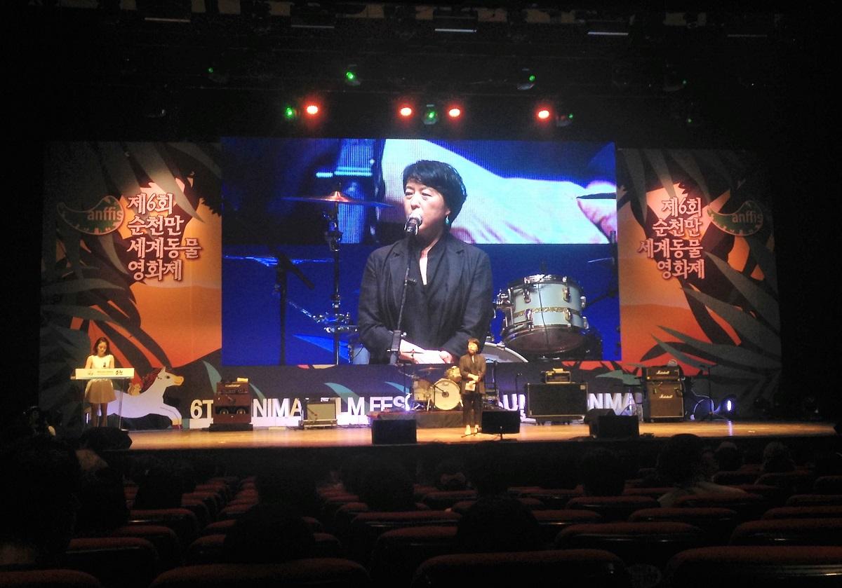6회 순천만세계동물영화제 개막식에서 인사말을 하고 있는 박정숙 총감독