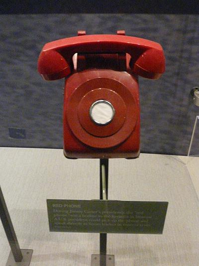 지미 카터 행정부 당시의 핫라인 상징물. 실제로 사용되지는 않았다. 실제 사용된 것은 사진과 달리 직통 전신이었다.